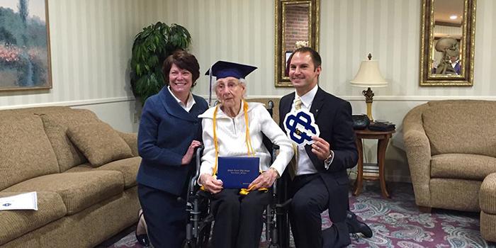 Una anciana recibe entre lágrimas su graduado en Educación Secundaria con 97 años