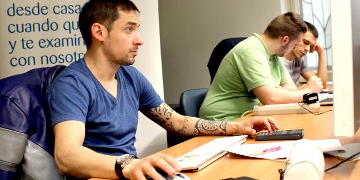 Alumnos de INAV realizan los exámenes de la ESO para adultos